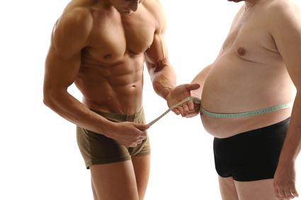 Muskelmann misst dicken Bauch
