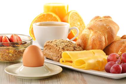 Frühstück mit Kafee, ei, Käse, Obst und mehr